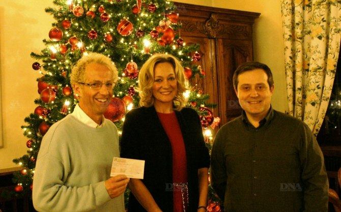 La présidente Catherine Schott et le trésorier remettent un chèque au père Ledogar (à gauche). PHOTO DNA