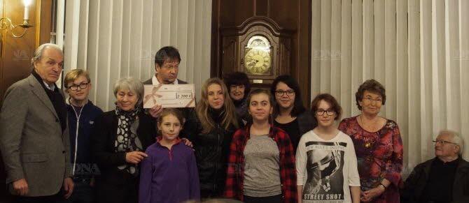 Le maire entouré de Nicole Osswald et des jeunes du conseil municipal remettent le chèque aux Semeurs d'étoiles. PHOTO DNA