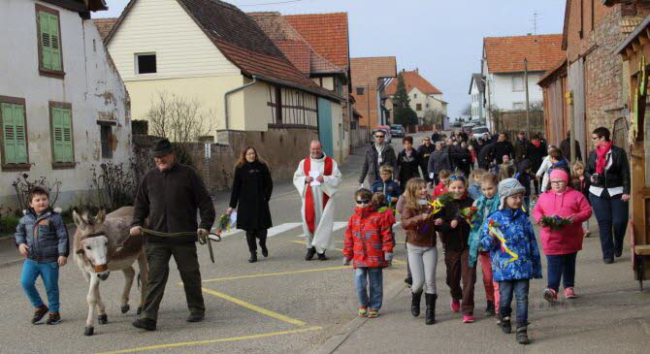 L'âne Ringo a conduit la procession dans la rue Principale du village. PHOTO DNA